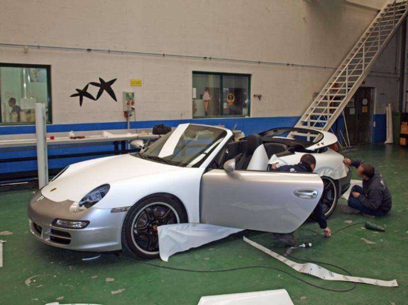 Cambia el color de tu coche sin pintarlo usando vinilos
