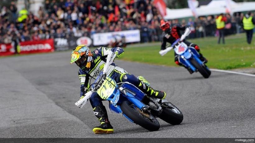 Valentino Rossi acaba tercero en el homenaje a Simoncelli