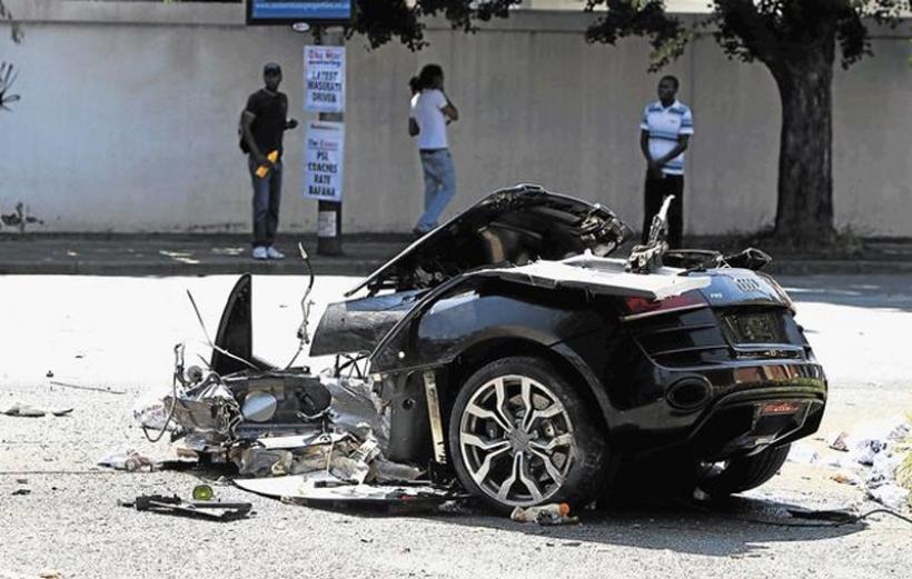 Un Audi R8 partido en dos en un extraño accidente