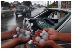 Protege el coche del granizo poniendo en riesgo su propio cuerpo