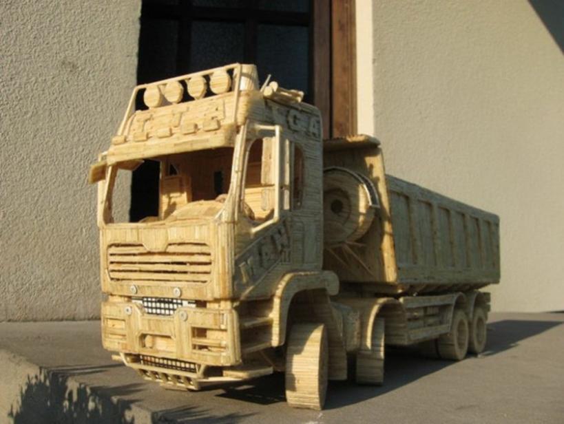 Construyendo camiones con miles de cerillas
