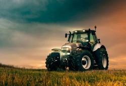 La Infanta Elena multada por error por conducir ¡un tractor sin seguro!