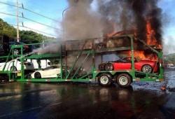 Superdeportivos y coches de lujo destrozados al arder el camión que los transportaba