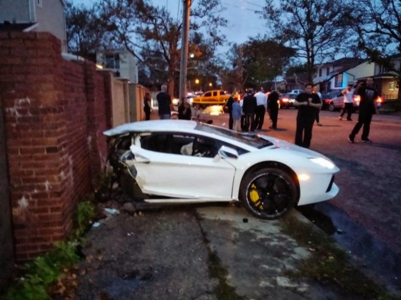 Un Lamborghini Aventador, partido en dos y completamente destrozado