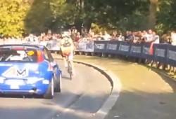 Un ciclista se cuela en una etapa de rally