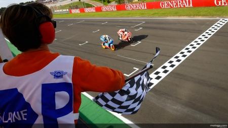 Maverick Viñales gana en Valencia y se proclama campeón del mundo