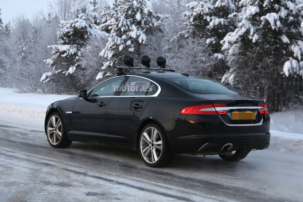 jaguar xf 2015 pruebas en la nieve. Black Bedroom Furniture Sets. Home Design Ideas