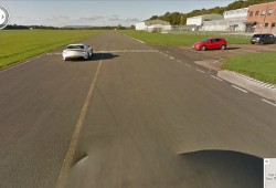 The Stig se encuentra con el coche de Google Street View en el circuito de Top Gear