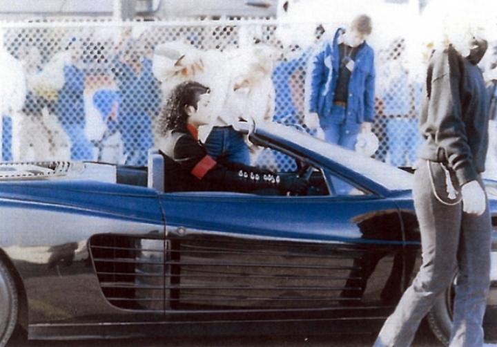 Un Ferrari Testarossa descapotable conducido por Michael Jackson, a subasta