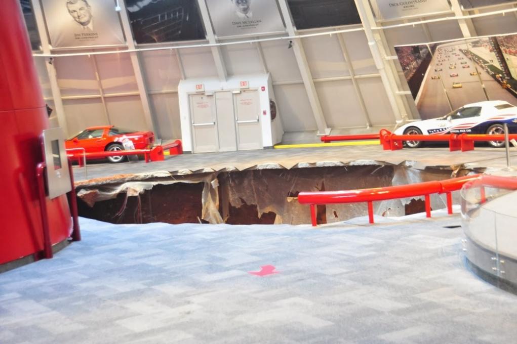 Museo Corvette, la tierra se traga ocho vehículos históricos (+ vídeos)