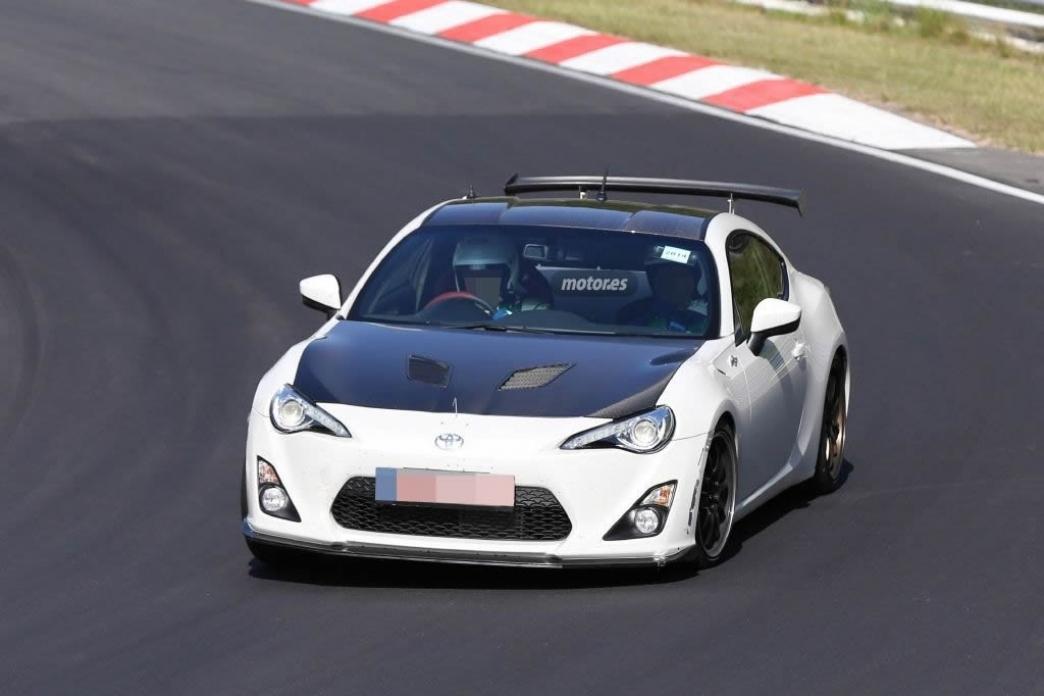 Un Toyota GT86 de pruebas con partes en fibra de carbono