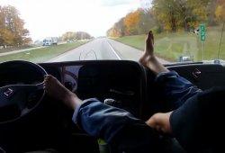 Conducir un camión con los pies desde el asiento del copiloto no es buena idea