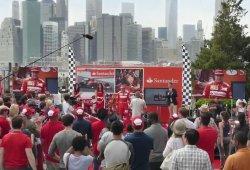 La simpática broma de Santander y Ferrari a Fernando Alonso en Nueva York