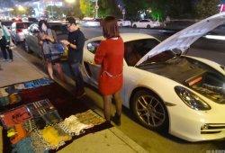 Vende bufandas en la calle para poder echar gasolina a su Porsche Cayman