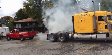 David contra Goliath, una pick-up arrastra a un camión