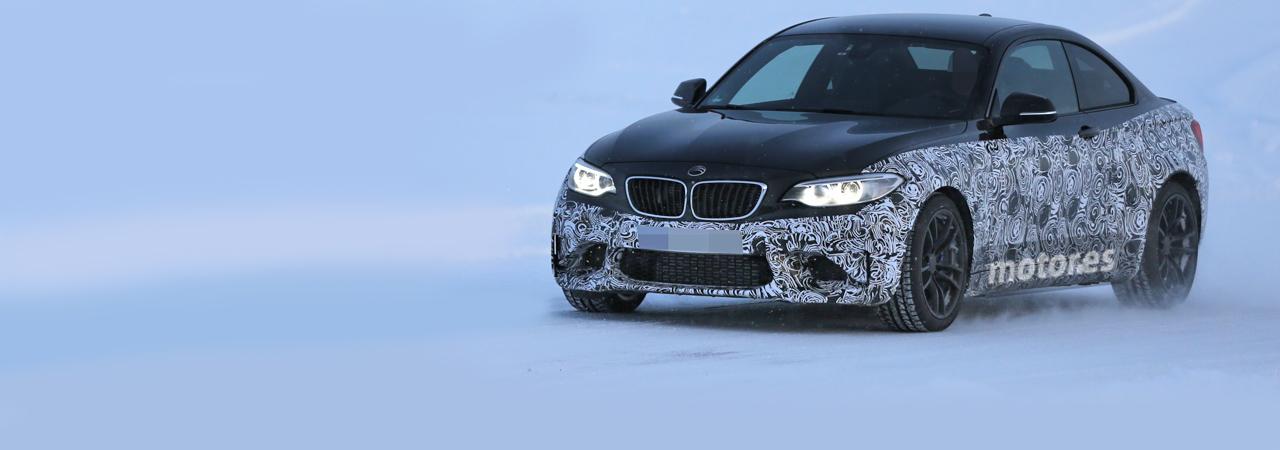BMW M2 prácticamente al descubierto en la nieve