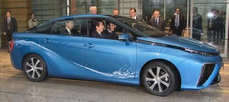 Toyota entrega el primer Mirai al Primer Ministro japonés