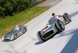 Hamilton y Moss, con el Mercedes W196 en Monza