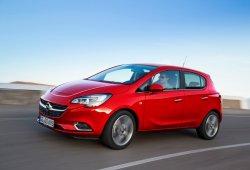 Holanda - Marzo 2015: El Opel Corsa pesca en río revuelto