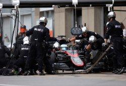 Alonso sufre problemas con el motor nuevo en la FP1 dominada por Rosberg