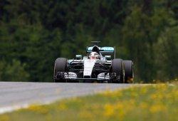 Hamilton se lleva la pole con sendos errores de los Mercedes