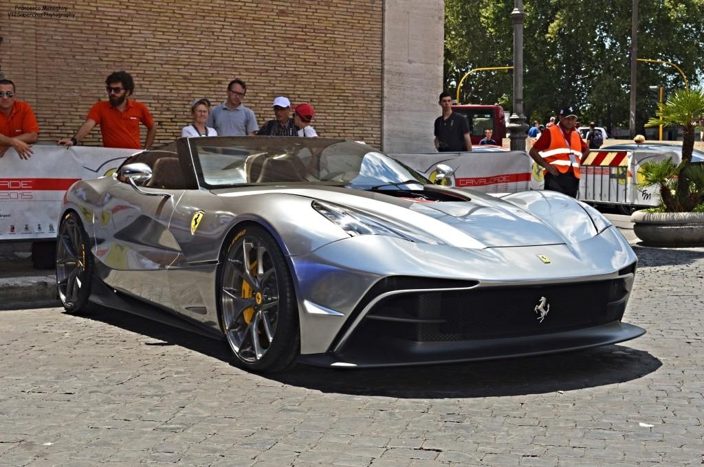 El tercer Ferrari F12 TRS es cromado y tiene su motor al descubierto