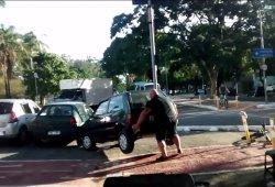 Un ciclista aparta un coche del carril bici con sus propias manos