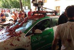 El coche de Google Street View sufre la Tomatina