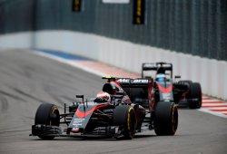Alonso y Button, sancionados también en México por cambiar motor