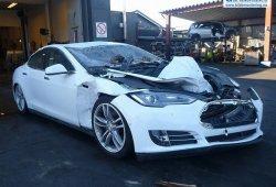 Así queda un Tesla Model S tras caerle un árbol encima
