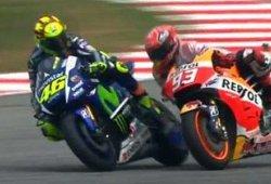 Vídeo de Valentino Rossi tirando a Marc Márquez al suelo en el GP de Malasia