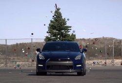 Así se quitan los adornos de navidad con un Nissan GT-R