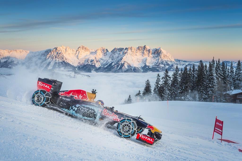 Max Verstappen se exhibe con un Red Bull en la nieve