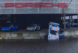 Un Porsche 911 GT3 RS bebiendo agua en Ámsterdam, y no es broma