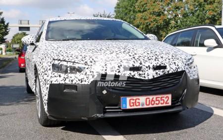 El Opel Insignia 2017 pierde camuflaje y monta las ópticas finales