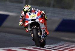 Rossi evita el doblete de Ducati, pero no la pole de Iannone