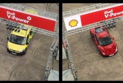 Sebastian Vettel se enfrenta a un Ferrari 488 GTB... ¡Conduciendo una ambulancia!