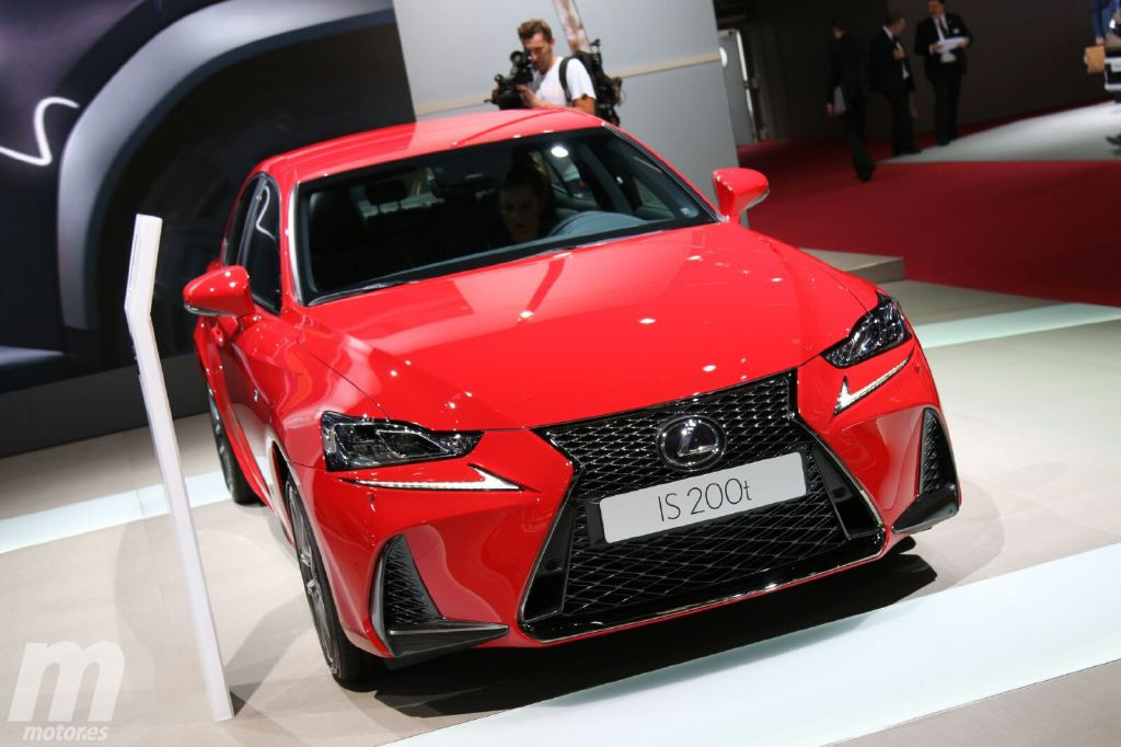 Lexus presenta la renovada gama IS 2017 en París
