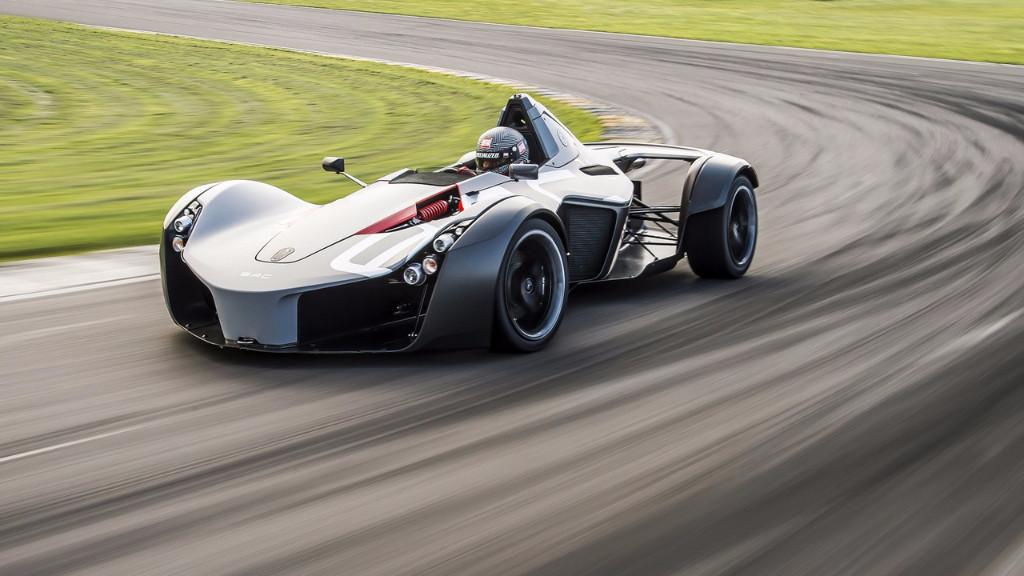 El BAC Mono destroza al McLaren P1 GTR en circuito