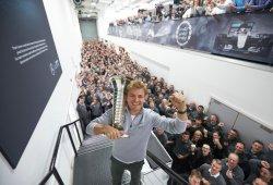 [Vídeo] Nico Rosberg celebra su título en la sede de Mercedes F1