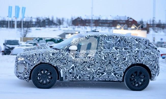 Jaguar E-Pace - foto espía lateral