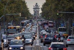 Barcelona estudia vetar los coches contaminantes en días de elevada polución