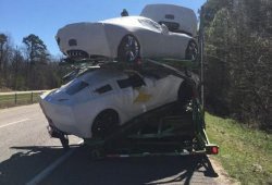 Varios Corvette Z06 destrozados tras golpearse el camión que los llevaba