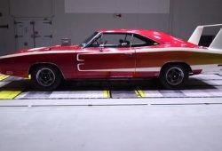 El viejo Dodge Charger Daytona frente al actual Charger Hellcat en el túnel de viento