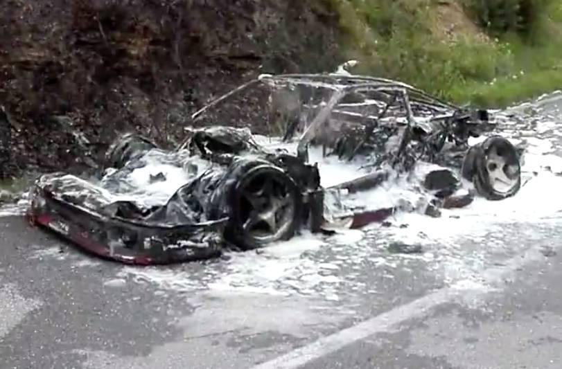 Un Ferrari F40 arde por completo camino de la factoría de Maranello