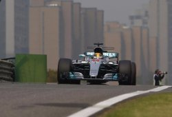 Hamilton gana solo un movido GP de China