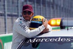 Hamilton recibe el casco de Senna tras igualar las 65 poles de su ídolo