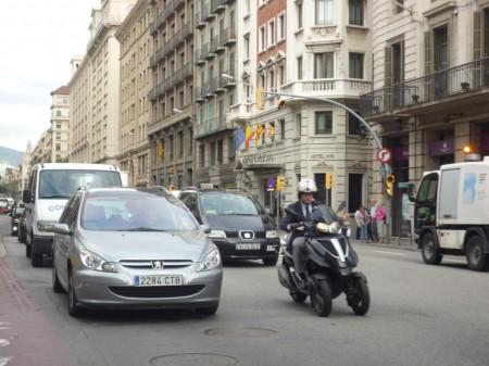 Barcelona vetará a los vehículos con más de 20 años si hay alta contaminación