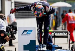 Artem Markelov domina la carrera sprint; descalabro de Leclerc