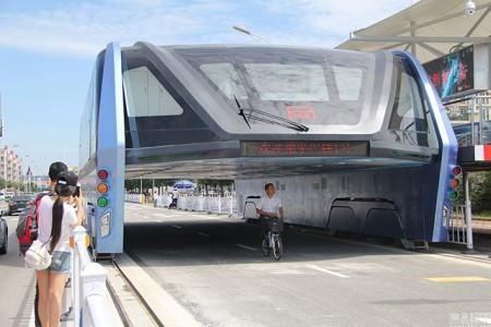 Detienen a 32 personas por el célebre proyecto del autobús elevado chino